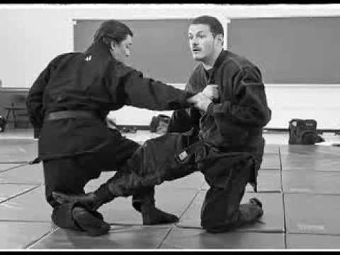 Kacem Zoughari demonstrating a technique when both practitioners fight from a kneeling position